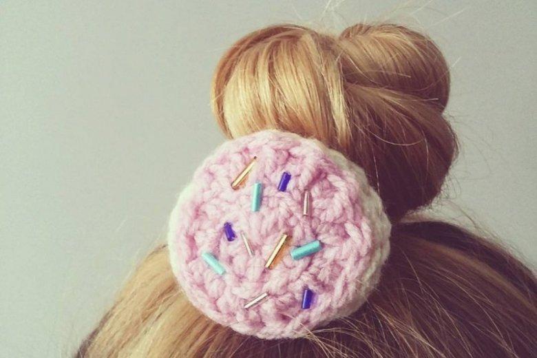 Unikaj związywania włosów gumką