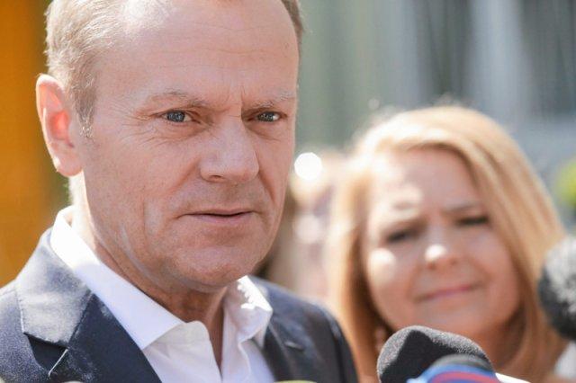 """""""Niech pan wraca do Polski, trzeba posprzątać"""". Tusk znów wygrywa błyskotliwością, której brakuje politykom PiS i PO"""