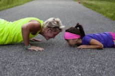 Burpee to jedno z najskuteczniejszych ćwiczeń fitnessowych, które pozwala naszym mięśniom zachować siłę i wytrzymałość przez długi czas