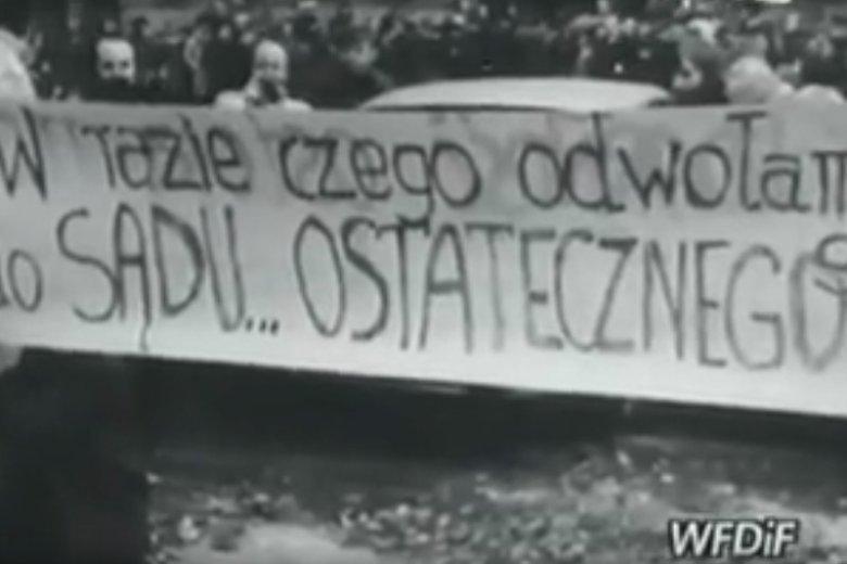 """Ustawa PiS o Sądzie Najwyższym ma zapisy podobne do tych z czasów PRL. Na zdjęciu protest """"Solidarności"""" przed gmachem sądu w Warszawie w 1980 r. zarejestrowany przez Polską Kronikę Filmową."""