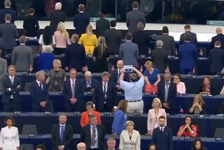 """""""Brexitowcy"""" stoją odwróceni, Zalewska i Waszczykowski siedzą – taki obraz z inauguracyjnego posiedzenia parlamentu UE poszedł w świat."""