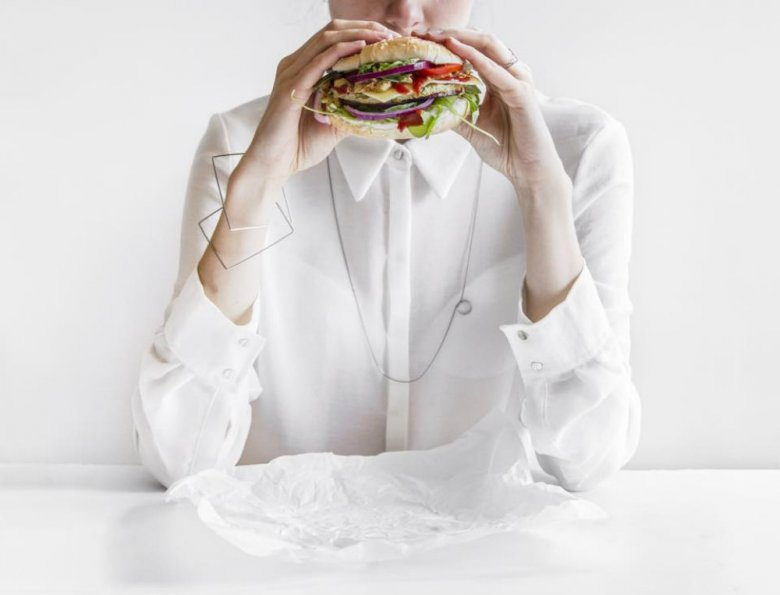 Burger i biżuteria Agaty Bieleń, Fot. Agnieszka Pałtynowicz