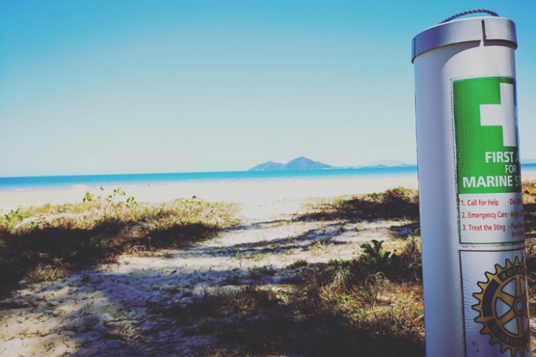 Na większości plaż jest taki słupek ze specjalnym octowym płynem do przemycia poparzenia przez meduzy.