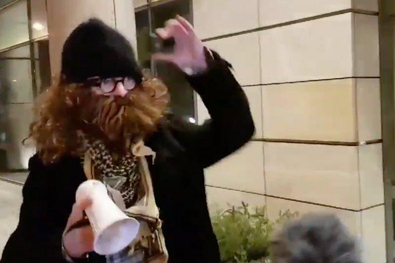 Pracownik TVP prowokował protestujących przed ich atakiem na Magdalenę Ogórek.