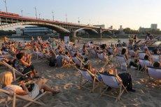Plaża przy Poniacie (moście Poniatowskiego) to jedno z ulubionych miejsc warszawiaków. Policjanci ostrzegają jednak przed pływaniem w tym miejscu oraz mandatami.