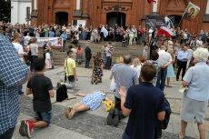 Marsz Równości w Białymstoku aż trzy razy musiał zmieniać trasę. Na zdjęciu modlitwy i różaniec pod kościołem farnym.