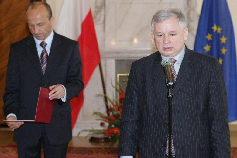 Lipiec 2006 r. Premier Jarosław Kaczyński, tuż po odwołaniu Kazimierza Marcinkiewicza ze stanowiska szefa rządu, wręcza mu nominację na komisarza Warszawy.