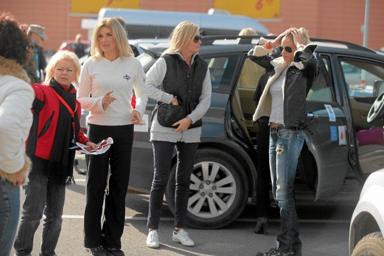 """Krystyna Backiel po lewej, obok Maria Czachor i Magdalena Modra, podczas przygotowań do startu Rajdu """"Teraz Kobiety"""" w Białymstoku w 2011 r."""
