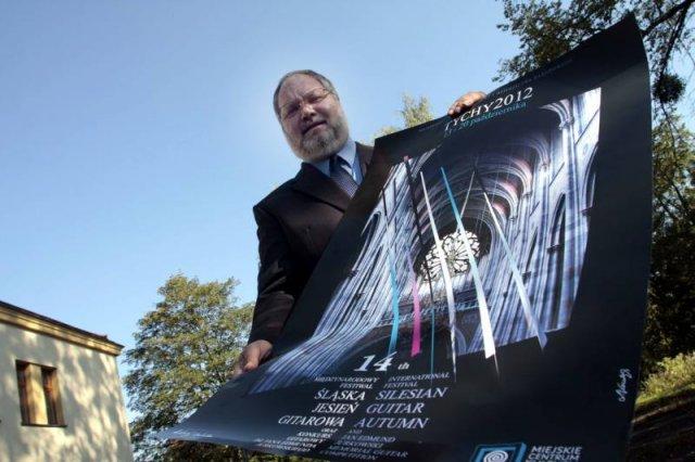 Dyrektor festiwalu - Wojciech Wieczorek - prezentuje plakat imprezy