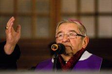 Abp Sławoj Leszek Głódź podczas modlitwy na Długim Targu w Gdańsku w geście solidarności z bliskimi zamordowanego prezydenta Pawła Adamowicza.