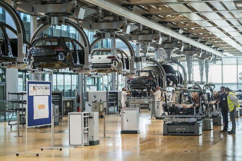 Niezależnie od silnika, każde auto musi przejść przez linięprodukcyjną.