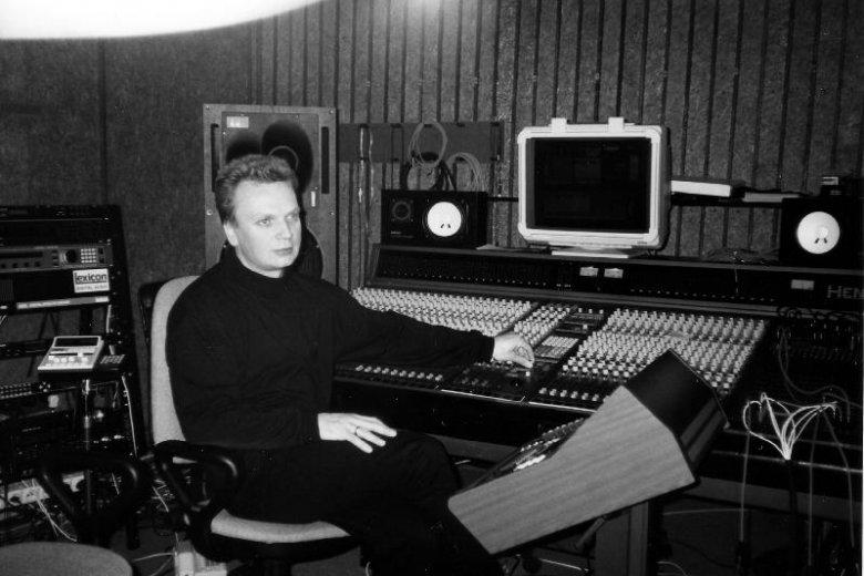 Grzegorz Ciechowski w studiu nagraniowym.