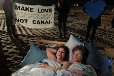 Aktywiści zorganizowali w Walentynki pokojowy protest.