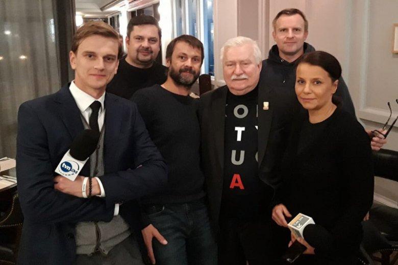 """Lech Wałęsa przez cały dzień chodził po Waszyngtonie w koszulce z napisem """"Konstytucja"""". W tym samym stroju wziął udział w uroczystościach pogrzebowych."""