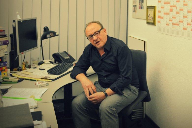 Janusz Leon Wiśniewski w swoim biurze