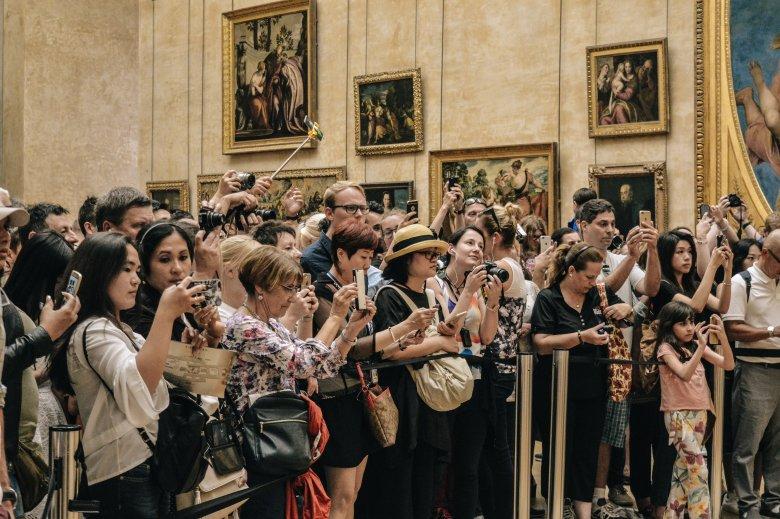 Tłumy turystów w paryskim Luwrze