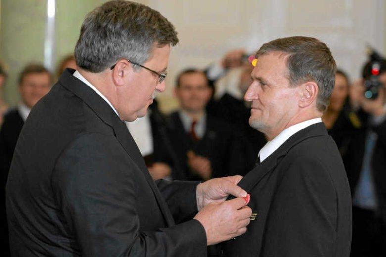 Kapitan Tadeusz Wrona otrzymuje odznaczenie od prezydenta Bronisława Komorowskiego