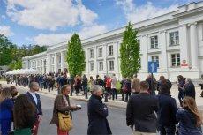 To tylko fragment kolejki, która stoi przed Auditorium Maximum Uniwersytetu Warszawskiego.