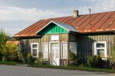 Stary dom na wsi można kupić już za 30 tys. zł. Trzeba tylko pamiętać, że zwykle to ruina wymagająca kapitalnego remontu, a nawet budowy od nowa.