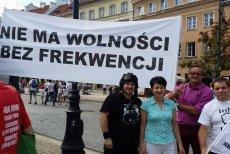 """Zwolennicy JOW i wrześniowego referendum organizują w Warszawie marsz. Zachęcają, aby """"olać partię"""", ale """"nie olewać"""" referendum."""
