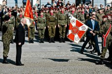 Antoni Macierewicz tworzy WOT. Kadrę oficerską wyciąga z jednostek armii zawodowej.