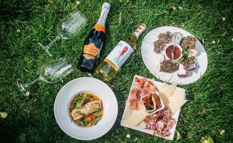 Piknik nie wymaga specjalnych przygotowań. Wystarczą dobra wędliny, sery i trochę owoców. Ach, i wino oczywiście, pod warunkiem, że na piknik przyjedziecie taksówką.