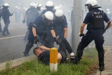 Podlaska policja opublikowała zdjęcia mężczyzn, którzy mieli przeszkadzać w Marszu Równości w Białymstoku.