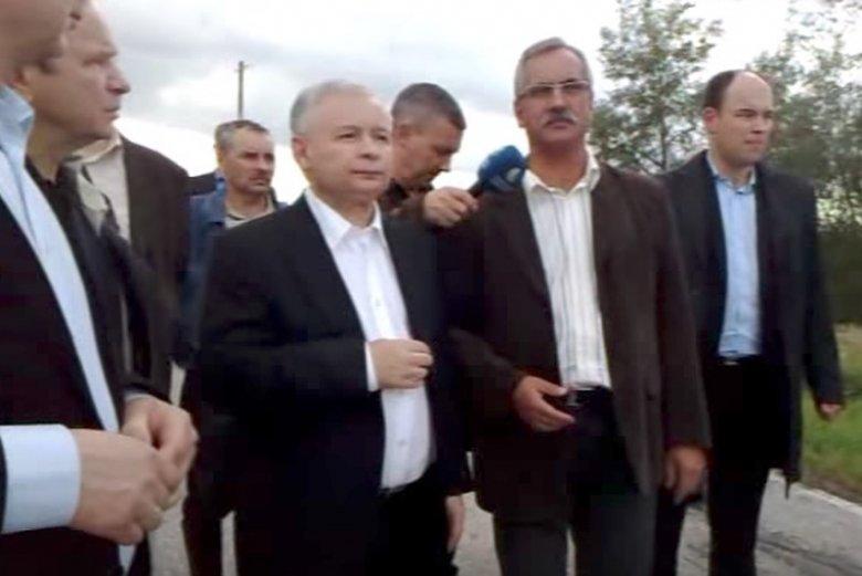 Prezes PiS Jarosław Kaczyński odwiedził Podkarpacie podczas powodzi w 2010 roku.