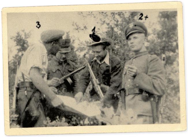 Józef Franczak (trzeci z lewej) wraz z towarzyszami broni, 1947 r.