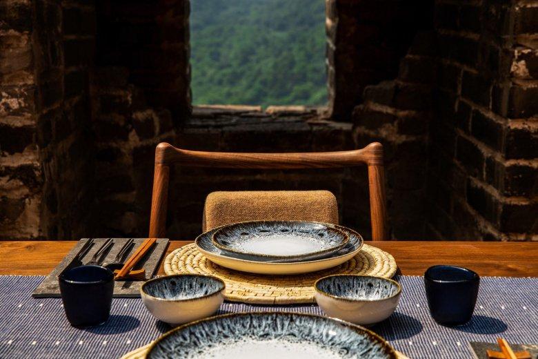 Zastawa z chińskiej porcelany jest w standardzie.