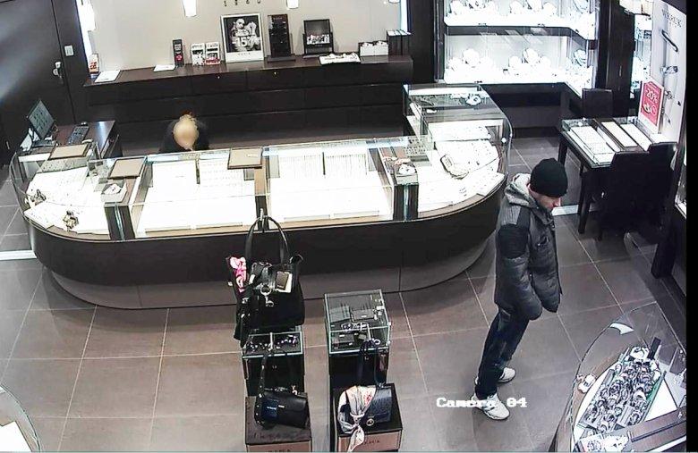 Zdjęcie z monitoringu okradzionego sklepu jubilerskiego.