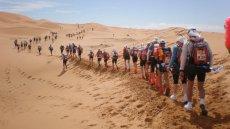 Zawodnicy Maratonu Piasków na Saharze biegną 250 km przez pustynię, w ekstremalnym upale, pyle i piachu
