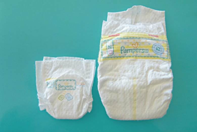 Po prawej - pieluszka dla noworodka. Po lewej - pieluszka Pampers P3 dla wcześniaka, ważącego mniej niż 800 gramów.