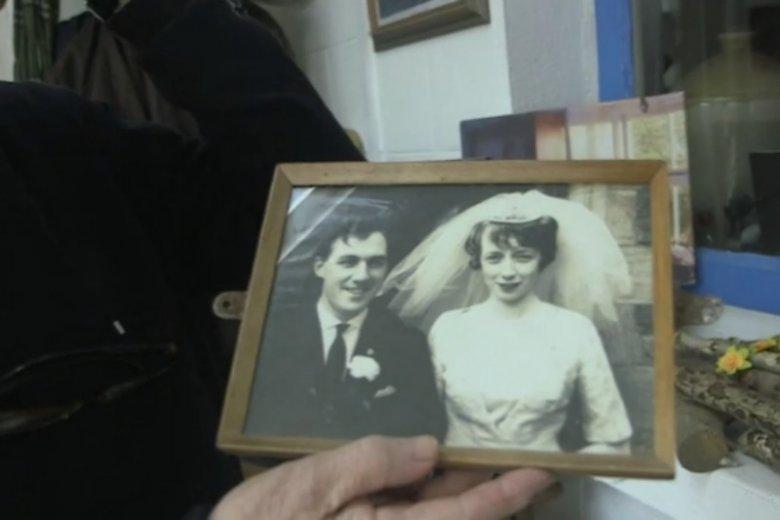 """""""W zasadzie wcale się nie zmieniła"""" mówi mężczyzna pokazując zdjęcie ślubne sprzed 56 lat"""