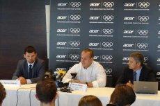 Marcin Dołęga (w środku) podczas konferencji prasowej po starcie igrzyskach olimpijskich