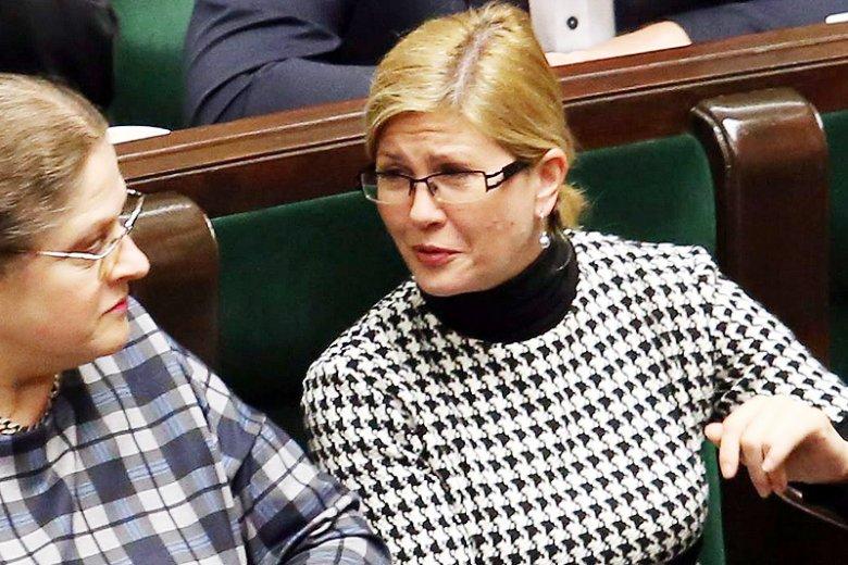 Posłanka PiS Iwona Arent wreszcie stała się rozpoznawalna. Dzięki temu, że próbowała wyrwać telefon posłance PO.