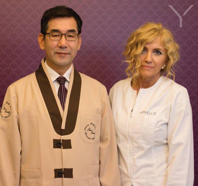 Od lewej: Dr Lee Chyun Chul oraz dr n.med. Monika Kuźmińska, dyrektor medyczny Instytutu Yonelle