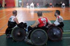 Niepełnosprawni zawodnicy podczas meczu koszykówki.