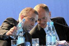 """Czy Donald Tusk próbuje zachodzić Grzegorzowi Schetynie? Tak twierdzi """"Gazeta Polska"""". Zdjęcie pochodzi z 2011 r. z konwencji PO."""