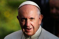 Papież Franciszek broni dobrego imienia Jana Pawła II, choć niedawno sam zarzucił mu ukrywanie skali nadużyć seksualnych w Kościele.