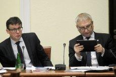 Poseł Pięta (z prawej) używa Twittera do grożenia różnym grupom zawodowym.