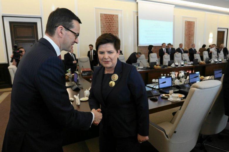 Minister cyfryzacji Anna Streżyńska rozdaje sowite nagrody dla urzędników.
