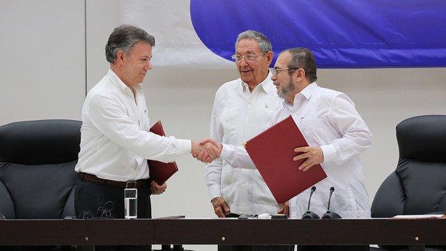 Prezydent Kolumbii Juan Manuel Santos, prezydent Kuby Raúl Castro i przywódca FARC Timoleón Jiménez