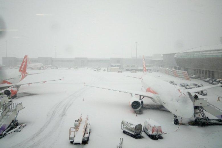 Lotnisko w Luton sparaliżowała śnieżyca, a tysiące podróżnych zostało pozostawionych samym sobie.