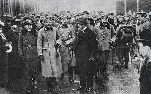 Tłumy oczekujące na Piłsudskiego na Dworcu Wileńskim w 1916 roku.