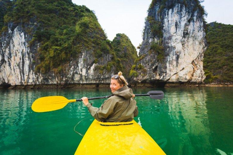 Widok Halong Bay w Wietnamie zapiera dech w piersiach. Po wodach zatoki można poruszać się na większych łódkach lub kajakach