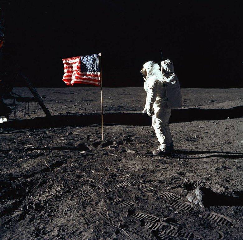 """Buzz Aldrin na """"płaskim"""" Księżycu."""