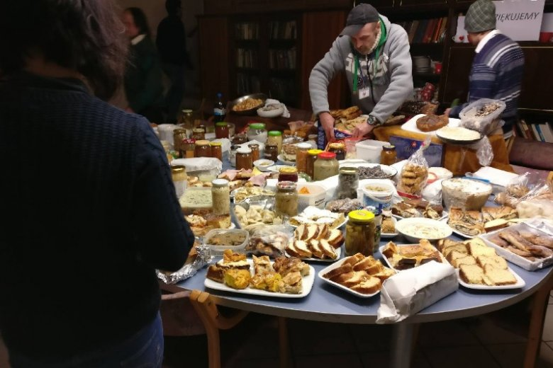 Co roku po świętach - zarówno wielkanocnych, jak i bożonarodzeniowych zostaje mnóstwo jedzenia. Zamiast je wyrzucać warto podzielić się z potrzebującymi