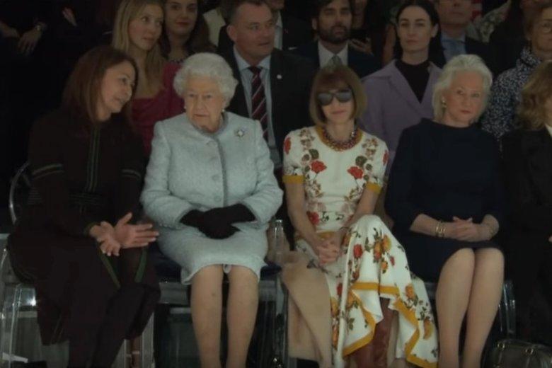 Królowa Elżbieta II po raz pierwszy zaszczyciła pokaz mody swoją obecnością. W pierwszym rzędzie zasiadła obok Anny Wintour - redaktor naczelnej amerykańskiego Vogue