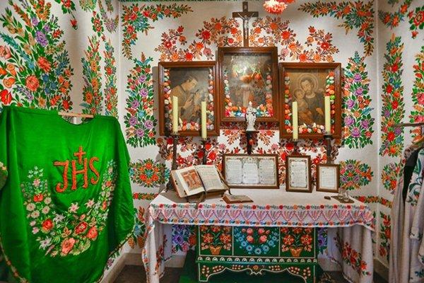 Nawet kościół w Zalipiu jest bogato zdobiony kolorowymi kwiatami